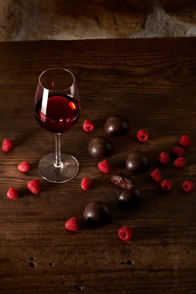 Bonbon de chocolat noir aux cranberries et poussière de framboises