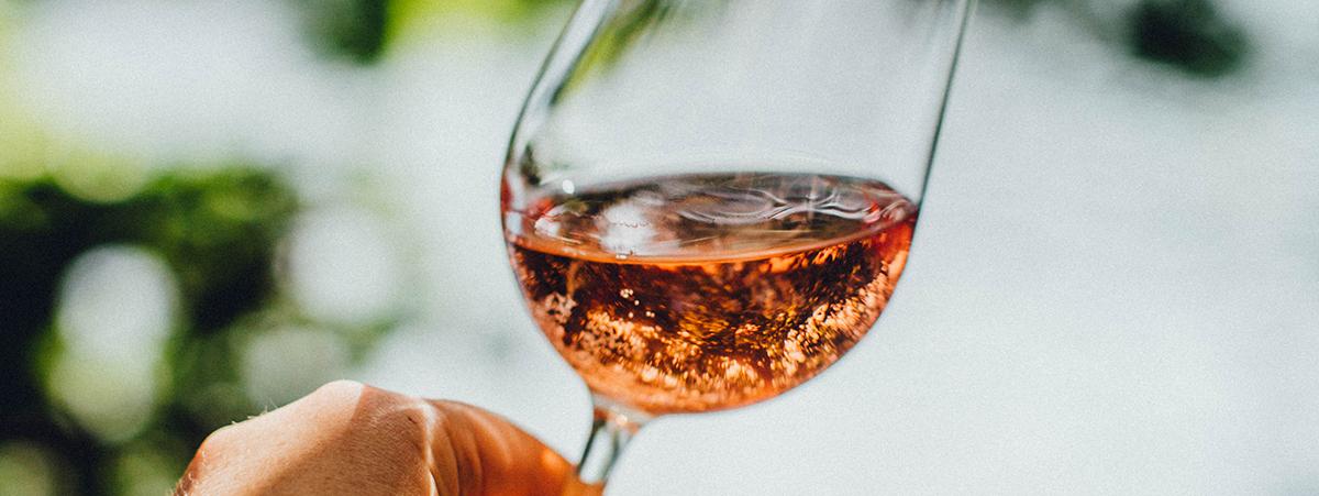 Mit diesem Trick bekommt ihr Wein schnell kalt